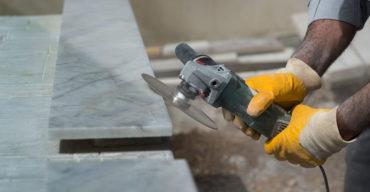 homem cortando pedra decorativa com maquinário