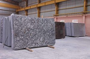 placas de granito grandes em um galpão