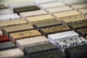 diversidade de placas de mármore em uma mesa