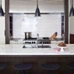 cozinhas com ilhas possuem pendentes, bancadas, iluminação, granito e outros elementos incríveis