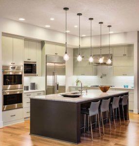 cozinhas com ilhas podem ser espaçosas quando planejadas