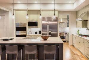 Pendentes e outras fontes de luz podem ser encontradas em cozinhas com ilhas