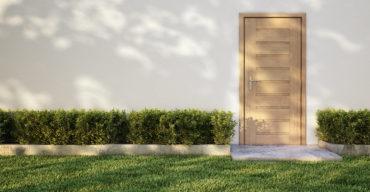 Porta de entrada com soleiras em mármore