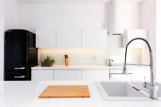 Cozinha produzida com acabamento branco