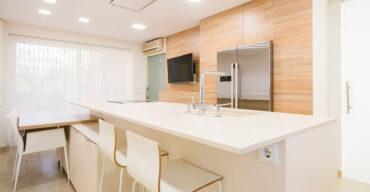 Cozinha formada por vendas de pedras naturais no RJ