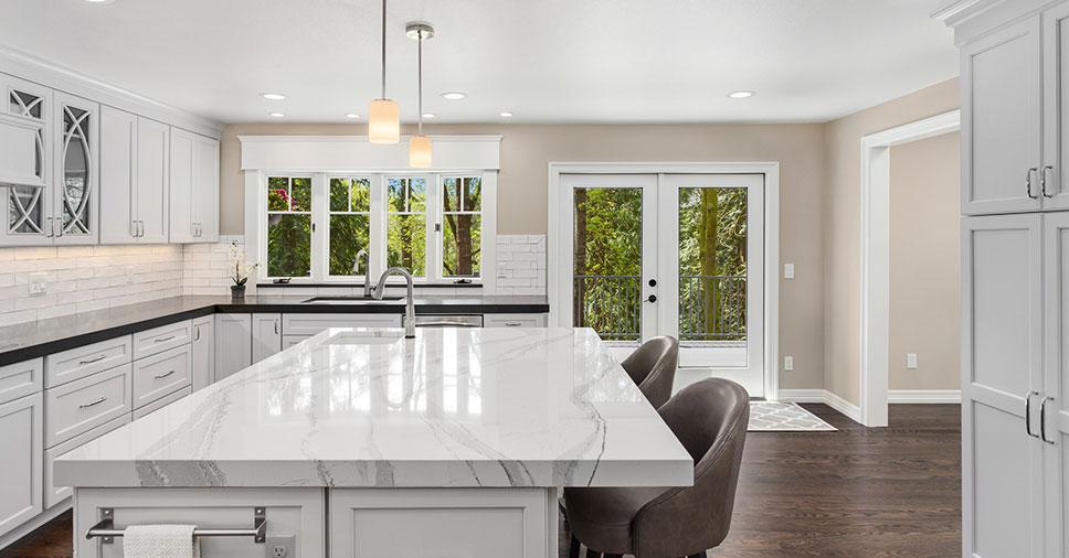 Pedra quartzo para cozinha em bancada central branca com pia