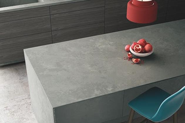 Pedra quartzo cinza na sala de estar ilustrando a diferença entre quartzo e quartzito
