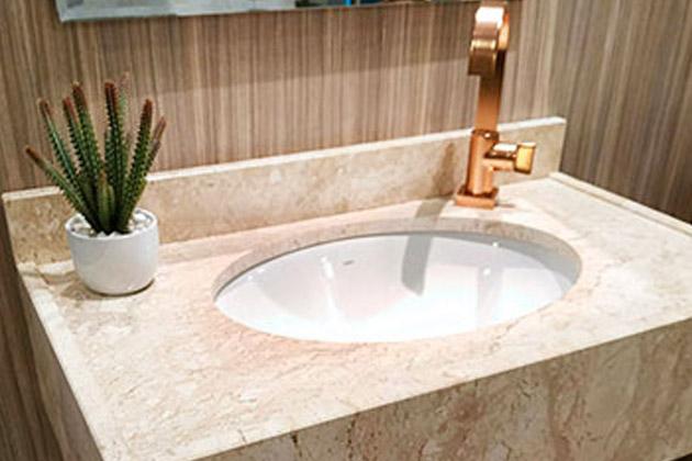 Bancada de banheiro composta por quartzito representando a diferença entre quartzo e quartzito