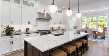 A imagem mostra uma bancada na cozinha. Será quartzo ou quartzito? Mostramos a diferença!