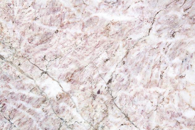 Na imagem vemos uma pedra natural. Será granito escovado ou polido? Saiba a diferença!