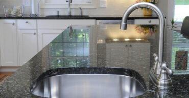 Na imagem vemos uma pia de cozinha. Como escolher entre granito escovado ou polido? Leia o artigo!