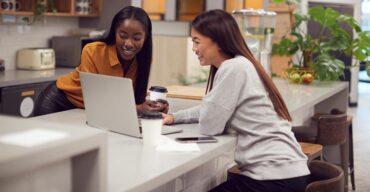 Vemos duas meninas conversando. O decorador soube usar Silestone em ambientes corporativos.