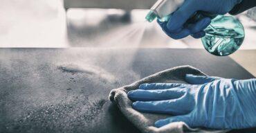 Na imagem vemos uma limpeza do silestone ser realizada. Confira como fazê-la corretamente!