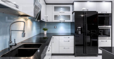 Cozinha com granito preto representa os tipos de pedra para cozinha