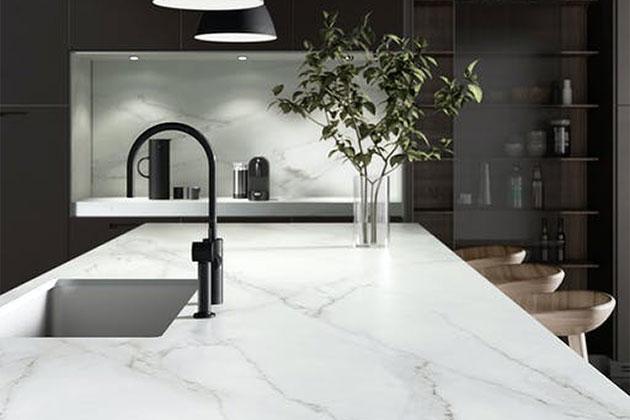 balcão branco na cozinha como exemplo dos tipos de mármore existentes