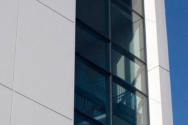 prédio moderno com fachada comercial com pedra