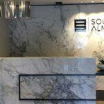 Vemos o uso de pedras decorativas para escritório.