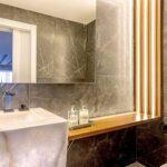 Vemos pedras na parede do banheiro. Conheça as vantagens!